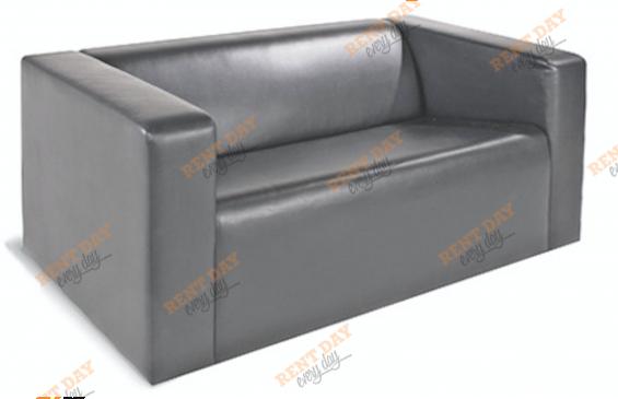 Двухместный серый диван в аренду